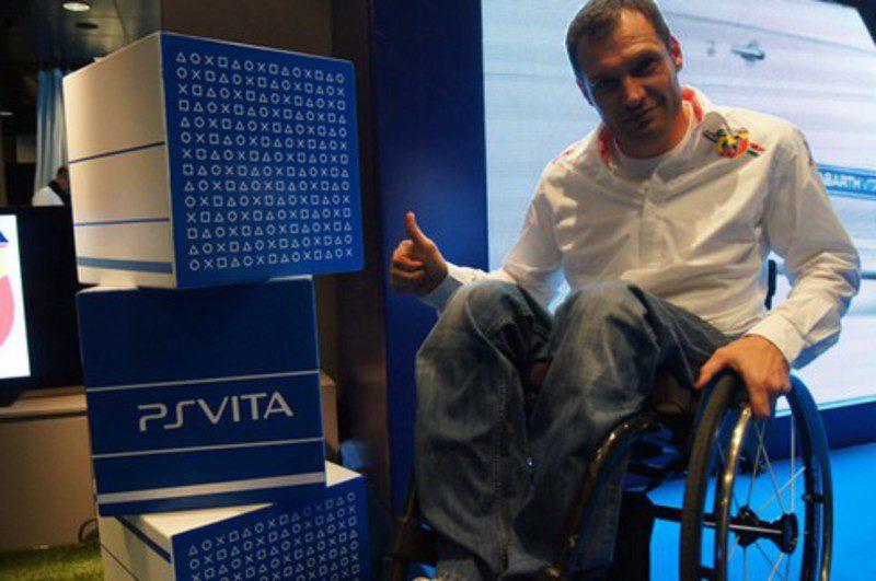Albert Llovera y el logo de PS Vita